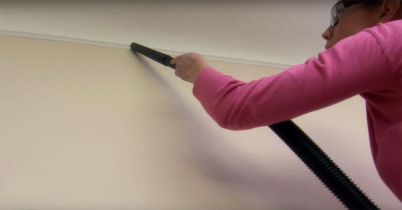 passando o aspirador para limpar a parede