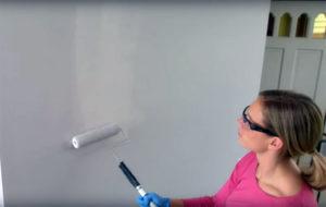 passando tinta na parede
