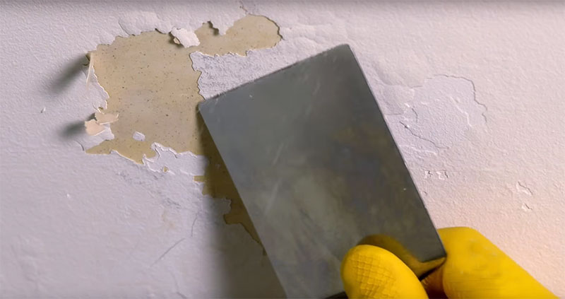 passando a espátula na parede