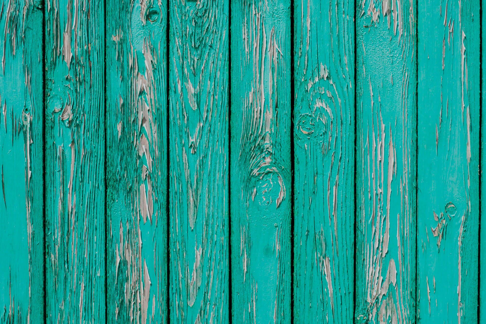5 Erros Que Você Não Deve Cometer ao Pintar Uma Porta de Madeira Com Pintura Velha