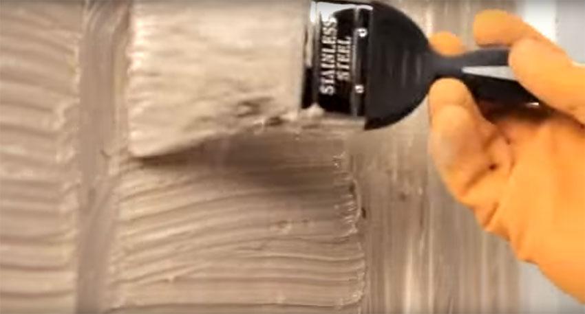 como-remover-tinta-de-madeira-com-produto-quimico